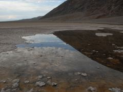Reflektionen in Badwater im Death Valley