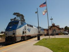 Die Lokomotive des geschobenen Pacific Surfliner in Grover Beach