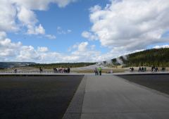 Zugangsweg zur Aussichtsplattform des Old Faithful im Yellowstone Nationalpark