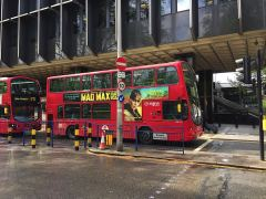 Doppeldeckerbus am Bahnhof London Euston