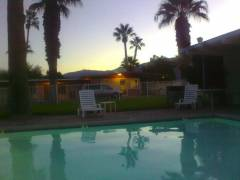 Abendstimmung über dem Pool in Stanlunds Inn in Borrego Springs